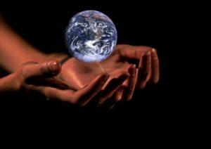 De alwetende verteller, oftewel het auctoriale vertelperspectief, heeft 'de wereld' in zijn handen.